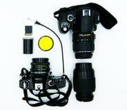 Caméras de studio de photo, numériques et analogues à la maison comparées, fond blanc photo stock