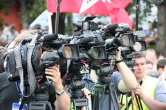 Caméras de télévision des opérateurs sur la réunion oppositionnelle, un appareil-photo avec le ruban d'un StGeorge Photographie stock