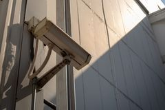 Caméras de télévision en circuit fermé installées sur les murs industriels photos libres de droits
