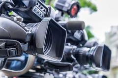 Caméras de télévision professionnelles sur des trépieds enregistrant l'événement social photos libres de droits