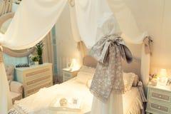 Cama agradable en un número del hotel Imágenes de archivo libres de regalías