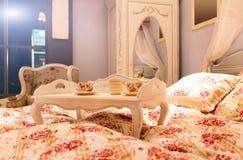 Cama agradable en un número del hotel Imagen de archivo