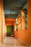 Cama antigua en el extremo del pasillo Imagenes de archivo
