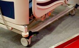 Cama automatizada na divisão para o paciente ou uso em um hospita imagens de stock royalty free