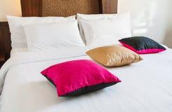 Cama blanca con la almohada Fotografía de archivo libre de regalías