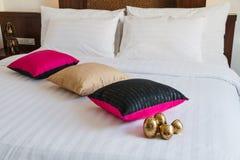 Cama blanca con la almohada Imagen de archivo libre de regalías