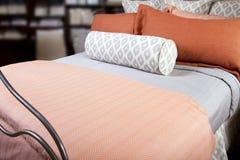 Cama cómoda del hotel con las almohadillas múltiples Imágenes de archivo libres de regalías