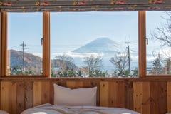 Cama com TA Opinião de Fuji como o fundo fora da janela fotos de stock royalty free