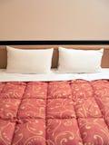Cama con dos almohadillas Imagen de archivo libre de regalías