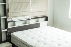 cama con la decoración interior i del estante de madera Imagen de archivo libre de regalías