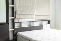 cama con la decoración interior i del estante de madera Fotos de archivo libres de regalías