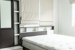 cama con la decoración interior i del estante de madera Imagenes de archivo