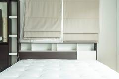 cama con la decoración interior i del estante de madera Foto de archivo