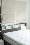 cama con la decoración interior i del estante de madera Imagen de archivo