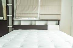 cama con la decoración interior i del estante de madera Imágenes de archivo libres de regalías
