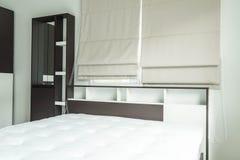 cama con la decoración interior i del estante de madera Foto de archivo libre de regalías