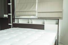 cama con la decoración interior i del estante de madera Fotografía de archivo libre de regalías