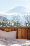 Cama con la TA Opinión de Fuji como fondo fuera de la ventana Fotos de archivo