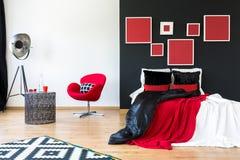 Cama con las almohadas coloreadas contraste fotografía de archivo libre de regalías