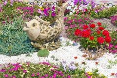 Cama con las flores florecientes Imagenes de archivo