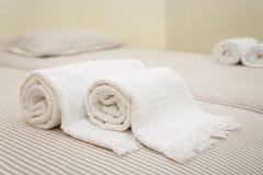 Cama con las toallas frescas Imágenes de archivo libres de regalías