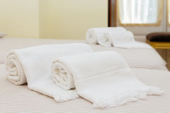 Cama con las toallas frescas Foto de archivo libre de regalías