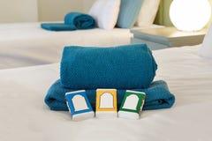 Cama con las toallas y el jabón Fotos de archivo libres de regalías
