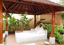 Cama da massagem dos TERMAS no hotel de luxo imagens de stock royalty free