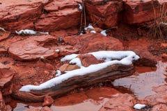 Cama de angra coberto de neve do arenito vermelho do início de uma sessão, Sedona, o Arizona Imagens de Stock