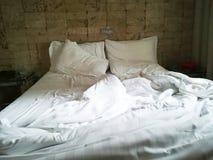 Cama de casal desfeita fotografia de stock