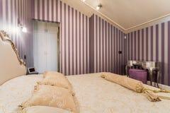 Cama de casal no quarto barroco foto de stock royalty free
