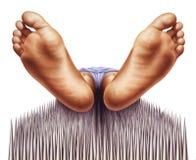 Cama de clavos con el faquir visto de pies. Fotos de archivo