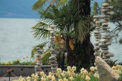 Cama de flor bonita das tulipas e das pedras pelo lago Foto de Stock