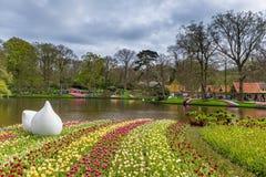 Cama de flor de tulipanes rojos y rosados en el parque en Keukenhof Foto de archivo libre de regalías