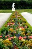 Cama de flor e estátua branca no parque do castelo em Alemanha Bruhl Foto de Stock Royalty Free