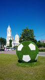 Cama de flor redonda grande decorativa en la forma de un balón de fútbol en el metro Sportivnaya en St Petersburg Fotografía de archivo libre de regalías