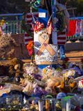 Cama de flores y expresión de condolencias después del ataque terrorista en Las Vegas - LAS VEGAS - NEVADA - 12 de octubre de 201 Imagen de archivo libre de regalías