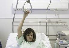Cama de hospital enferma de la muchacha Fotografía de archivo libre de regalías