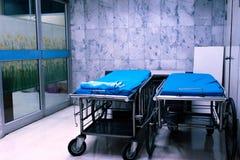 Cama de hospital vac?a en el ?rea del hospital imagen de archivo
