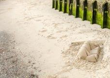 Cama de la arena tallada en la playa en la orilla del río, en th Fotos de archivo libres de regalías