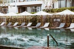 Cama de la piscina por otra parte en el centro turístico tropical imagen de archivo
