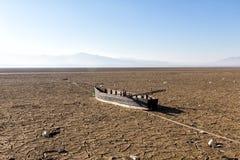 Cama de lago seco com textura natural de argila rachada na perspectiva fotos de stock royalty free