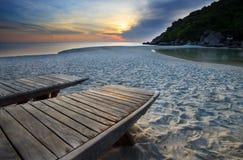 Cama de madeira na praia no céu obscuro Imagem de Stock Royalty Free