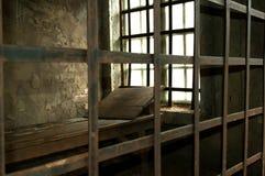 Cama de madera en una celda de prisión medieval Fotografía de archivo libre de regalías