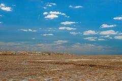 A cama de mar despida e o céu azul uzbekistan Fotografia de Stock
