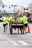 Cama de Push Holy Rollers dos clérigos na raça anual do Fundraiser fotografia de stock