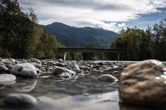 Cama de rio que conduz à montanha fotos de stock