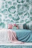 Cama de turquesa pelo papel de parede das folhas Imagem de Stock Royalty Free