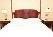 Cama del hotel fotografía de archivo