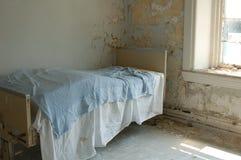 Cama del viejo paciente Fotos de archivo